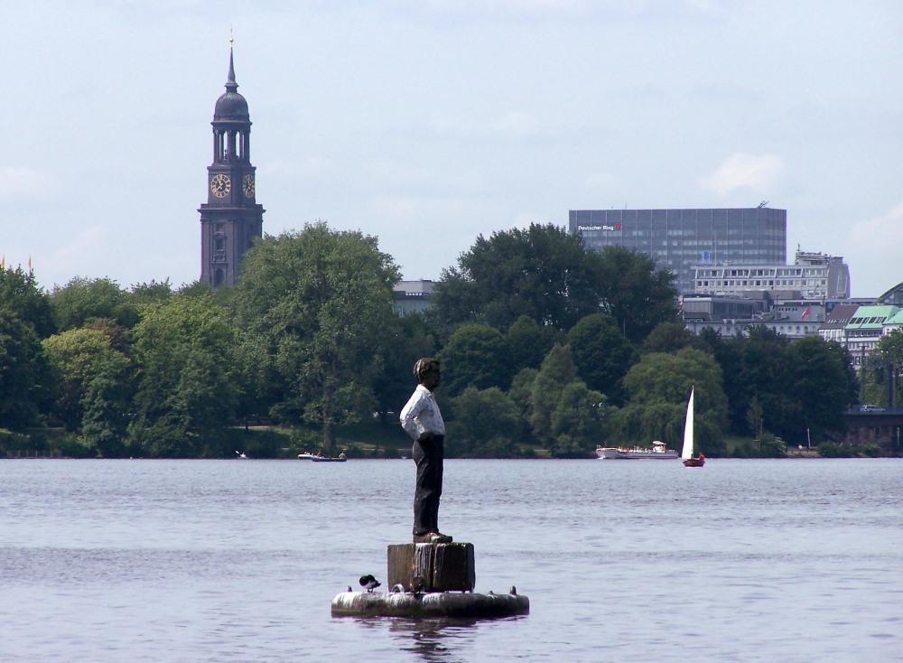 Schwimmende Kunst - Balkenhol-Mann wieder auf der Alster